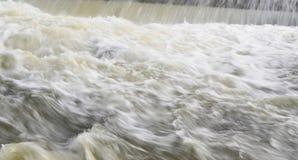 Snabbt flödande vatten på vinterfloden Royaltyfri Foto