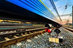 Snabbt järnväg drev med rörelsesuddighet Royaltyfria Foton