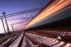 Snabbt järnväg drev med rörelsesuddighet på natten Royaltyfri Fotografi