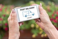 Snabbt leveransbegrepp på en smartphone Royaltyfri Fotografi