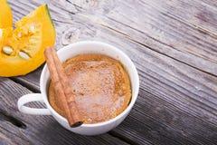 Snabbt målfrukostmellanmål i mikrovågen Doftande hemlagad nedgång för pumpapaj för fem minuter i koppdelarna Arkivfoto