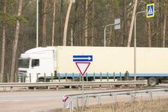 Snabbt rörande för lastbil på vägen Royaltyfria Bilder
