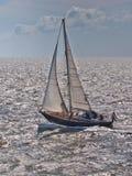 Snabbt springa för segelbåt i stormigt väder i Nederländerna Fotografering för Bildbyråer