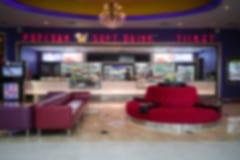 Snack-bar abstrait devant le théâtre de cinéma de film pour que les personnes achètent du casse-croûte photos stock