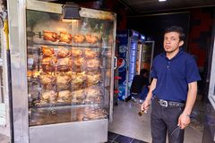 Snack bar com galinha grelhada, Kashan, Irã foto de stock royalty free