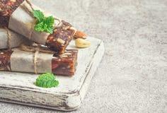 Snack bar sani dei frutti secchi e dadi su fondo grigio Fotografia Stock Libera da Diritti