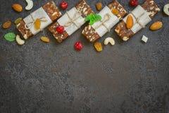 Snack bar sani dei frutti secchi e dadi sulle sedere concrete nere Fotografie Stock Libere da Diritti