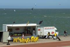 Snack bar, turistas y personas que practica surf en el Mar del Norte Imágenes de archivo libres de regalías