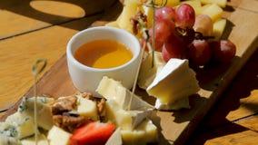 Snack, der auf dem Tisch Buffet mit Käse liegt stock video footage