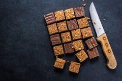 Snack der gesunden Diät, Haferklappensteckfassungs-Schokoladenkuchenbar Stockbilder