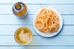 Snack die met uiringen op smaak wordt gebracht stock foto