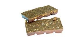 Snack; Dunkle Schokoladenmandelbarke in einem Stapel Stockbilder