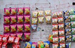 Snack en spaander voor verkoop bij kruidenierswinkelopslag Stock Foto