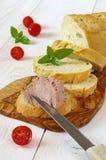 Snack: Französisches Maisbrot, Pastete und drei Tomaten Lizenzfreie Stockfotografie