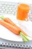 Snack in het bureau royalty-vrije stock afbeeldingen