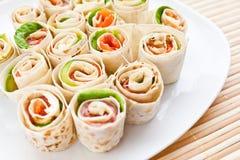 Snack met forel en avocado stock afbeeldingen