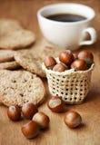 Snack met hazelnootkoekje en een kop van koffie royalty-vrije stock foto's