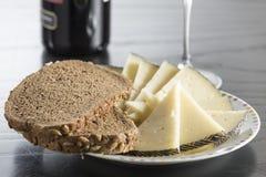Snack met kaas, brood en wijn royalty-vrije stock foto