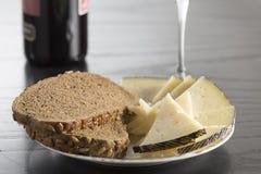 Snack met kaas, brood en wijn stock afbeeldingen
