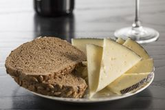 Snack met kaas, brood en wijn royalty-vrije stock foto's