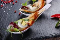 Snack met paling en ei stock afbeelding
