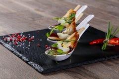 Snack met paling en ei stock afbeeldingen