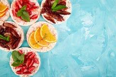 Snack met rijstknäckebrood en verse vruchten stock fotografie