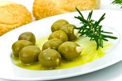 Snack met verse olijven, olie en sesambroodje Royalty-vrije Stock Foto