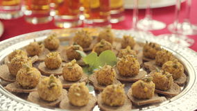 Snack op de beschuiten op een banket in catering stock videobeelden