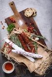 Snack van het Antipasto de traditionele Spaanse vlees met brood en kruiden stock foto's