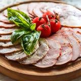Snack van verse ham en gehaktbrood met basilicum en kersentomaten Stock Foto