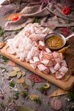 Snack vom würzigen rohen Schweinefleischschweinefett Verdünnen Sie geschnitten mit Senfsoße Lizenzfreie Stockfotos