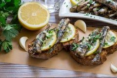 Snack von den Sandwichen mit Sardinen Stockfotos
