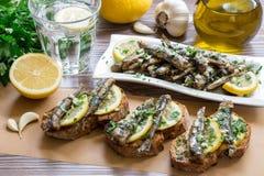 Snack von den Sandwichen mit Sardinen Lizenzfreies Stockbild