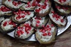 Snack von einer Aubergine mit einem scharfen Anfüllen stockbild