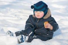 Snacking en la nieve Foto de archivo libre de regalías