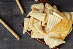 SnackKartoffelchip-Corn chipe Auf dem alten Bretterboden stockfotos