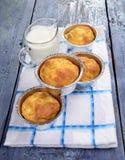 Snackmuffins, de zoute muffins van snackcakes met kaas op een houten plaat, een glas verse melk stock foto's