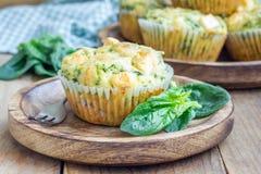 Snackmuffins met spinazie en feta-kaas Stock Foto