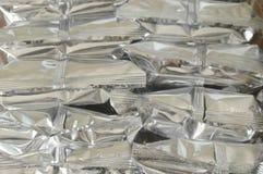 Snackpaket in Aluminiumfolienumwickeltem mit Plastiktasche Stockfoto