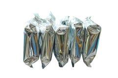 Snackpaket in der Aluminiumfolie vereinbaren auf weißem Hintergrund Lizenzfreies Stockbild