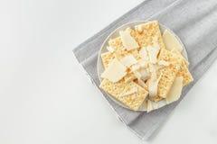 Snackplaat van kaas en crackers Stock Afbeeldingen