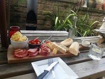 Snackplatte schön gedient in einem Garten Lizenzfreie Stockfotos