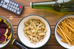 Snacks, bier en afstandsbediening stock foto's