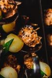 Snacks met vlees en groenten vleesbool met babyaardappel Stock Afbeelding