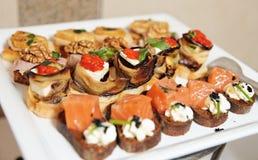 Snacks op banketlijst Stock Foto