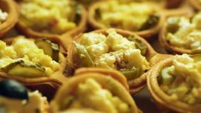 Snacks van kaas, deeg, knoflook, ingelegde komkommers en kaas close-up stock footage