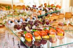 Snacks, vissen en vleesspecialiteiten op het buffet desserts Een feestontvangst Gediende lijsten catering royalty-vrije stock foto