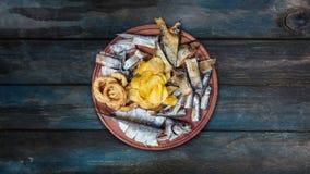 Snacks voor bier De gezouten, droge vissen, de pijlinktvisringen en de chips, roteren op de scherpe raad stock video
