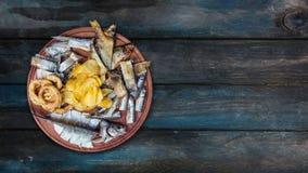 Snacks voor bier De gezouten, droge vissen, de pijlinktvisringen en de chips, roteren op de scherpe raad Met de exemplaarruimte v stock video